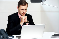 Serious businessman concentrating Royalty Free Stock Photos