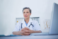 Serious female doctor looking at camera Royalty Free Stock Photos