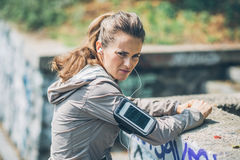 Serious fitness young woman outdoors Royalty Free Stock Photos
