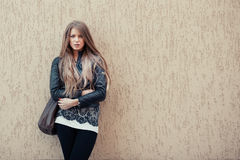 Serious woman near the wall Royalty Free Stock Images