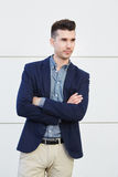 Serious young business man standing with arms crossed Royalty Free Stock Photography