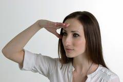 Seriouse妇女在白色Backgrou看对距离隔绝 免版税库存图片