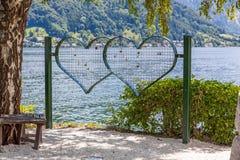 Serment d'amour - coeurs de grille avec le fond de nature Photos stock