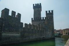 Sermione står högt den gamla stadslotten efter kanal Royaltyfria Bilder