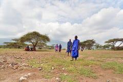 Seronera Tanzania, Februari 12, 2016: Liv i en Maasai by arkivfoton