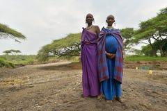 Seronera Tanzania, Februari 12, 2016: Maasai gravida kvinnor Royaltyfria Bilder