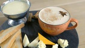 Serowa kawa z rozciek?ym serem, kawa?ki ser i chleb grzanki na woda, czernimy tac? blisko lily farbuje mi?kki na widok wody zbiory wideo