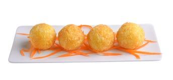 Serowa piłka w bielu talerzu Zdjęcia Stock