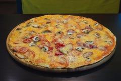 Serowa pizza z mięsem Zdjęcia Stock