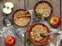 Serowa potrawka lub rozdrobni z jabłkami i cynamonem w brown filiżanki ramekin obraz stock