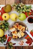Serowa potrawka w naczyniu z zielonymi winogronami na tle, nożu i rozwidleniu drewnianych, owoc, ranek, wyśmienicie śniadanie, au Zdjęcie Stock