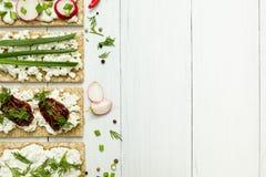 Serowe zakąski z warzywami na białym tle Przestrzeń dla teksta na widok zdjęcia royalty free