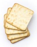 Serowi krakers lub buscuits na bielu Obraz Royalty Free