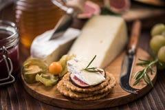 Serowi krakers z camembert, miodem, figą i ziele, Obraz Stock