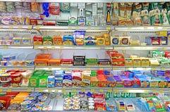 Serowi produkty przy supermarketem Obrazy Stock