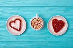 Serowy blin w postaci serca i filiżanka kawy z marshmallows Słodka niespodzianka dla kocham jeden obraz stock