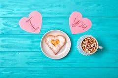 Serowy blin w postaci serca i filiżanka kawy z marshmallows Słodka niespodzianka dla kocham jeden zdjęcia stock