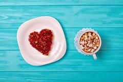 Serowy blin w postaci serca i filiżanka kawy z marshmallows Słodka niespodzianka dla kocham jeden zdjęcia royalty free