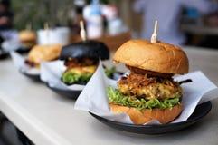 Serowy hamburger z Tajlandzką stylową wieprzowiną w brown babeczce Obraz Stock