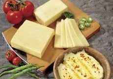 Serowy i smażący ser na drewnianej bazie Fotografia Royalty Free
