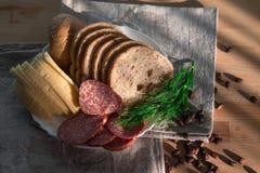 Serowy kiełbasiany chlebowy koper na talerzu Fotografia Royalty Free