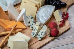 Serowy niebo Serowej mieszanki Serowy brie, gouda ser, błękitny ser Obrazy Royalty Free