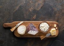 Serowy półmisek z różnymi domowej roboty organicznie serami na kamiennym tle Odgórny widok zdjęcie royalty free