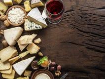 Serowy półmisek z serami, owoc, dokrętkami i winem na drewnianym tle organicznie, Odgórny widok Smakowity serowy starter obrazy stock