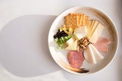 Serowy półmisek Śniadanie z białą tło kopii przestrzenią zdjęcia royalty free
