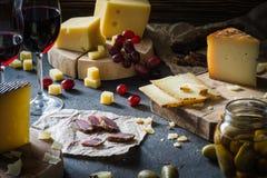 Serowy półmisek siekający ciężkich serów szwedzi, Hiszpański manchego i pokrojony Włoski pecorino toscano na drewnianych deskach, obrazy royalty free