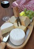 Serowy półmisek z winem, chlebem i winogronami, Zdjęcia Stock