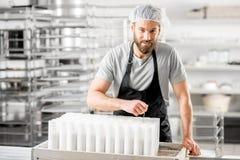 Serowy producent przy produkcją zdjęcie royalty free