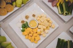 Serowy przekąska sześcianów stojak na stole w obciosuje talerza wraz z innymi naczyniami obrazy royalty free