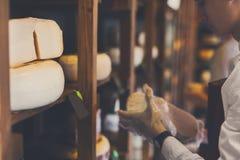 Serowy sklepowy asystent wybiera niektóre ser Obraz Royalty Free