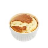Serowy souffle w ramekin odizolowywającym zdjęcia stock