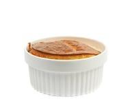 Serowy souffle w ramekin odizolowywającym fotografia stock
