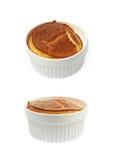 Serowy souffle w ramekin odizolowywającym obraz stock
