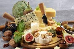 Serowy talerz słuzyć z figami, różnorodny ser na półmisku na drewnie obrazy stock