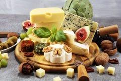 Serowy talerz słuzyć z figami, różnorodny ser na półmisku na drewnie obraz royalty free