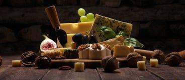 Serowy talerz słuzyć z figami, różnorodny ser na półmisku na drewnie zdjęcia stock