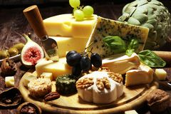 Serowy talerz słuzyć z figami, różnorodny ser na półmisku na drewnie zdjęcia royalty free