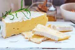 Serowy talerz słuzyć z krakers, miodem i dokrętkami, Camembert na białej drewnianej porci desce nad białym tekstury tłem zakąska Zdjęcia Royalty Free