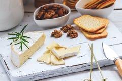 Serowy talerz słuzyć z krakers, miodem i dokrętkami, Camembert na białej drewnianej porci desce nad białym tekstury tłem zakąska Obraz Royalty Free