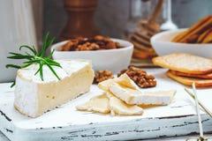 Serowy talerz słuzyć z krakers, miodem i dokrętkami, Camembert na białej drewnianej porci desce nad białym tekstury tłem zakąska Zdjęcia Stock