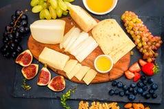 Serowy talerz słuzyć z winogronami, dżem, figi obraz royalty free