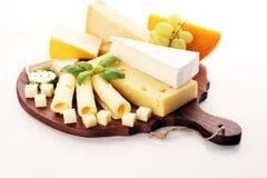 Serowy talerz słuzyć z winogronami, różnorodny ser na półmisku zdjęcia royalty free