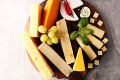 Serowy talerz słuzyć z winogronami, różnorodny ser na półmisku obrazy royalty free
