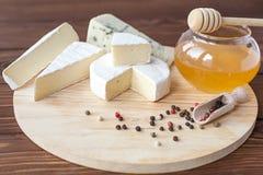 Serowy talerz z Brie, Camembert, Roquefort zdjęcie stock