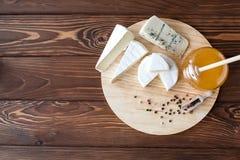 Serowy talerz z Brie, Camembert, Roquefort obrazy royalty free