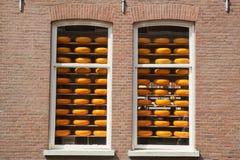 Serowy toczy wewnątrz Holenderskich sklepowych okno Zdjęcie Stock